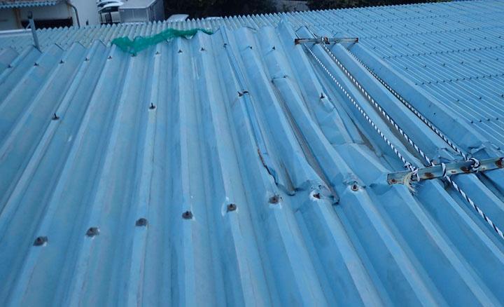 凹みのできた折板屋根
