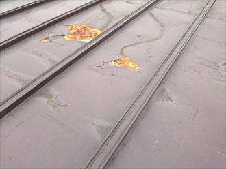 トタン屋根は塗装が剥げてサビています