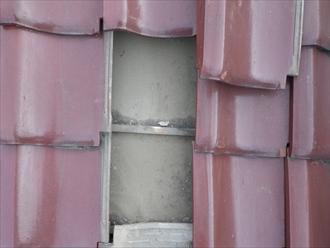 瓦の下は防水紙が葺かれています