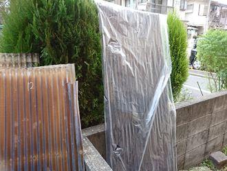 文京区でアパート階段の庇波板をポリカ波板で交換工事を実施