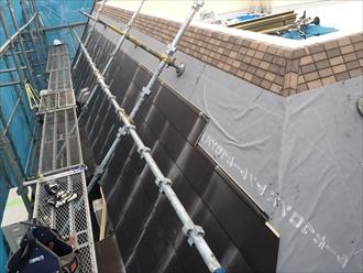 防水紙を張ってからガルバリウム鋼板を葺きます