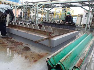 江東区新砂の工場で折板屋根庇の葺き替えを行いました