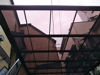 北区赤羽で台風の強雨に飛ばされたカーポート屋根のポリカ交換を実施