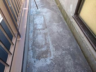 バルコニーの床も防水材が劣化しています