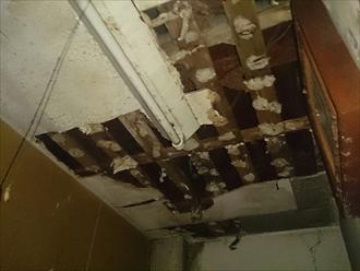 雨漏りによって天井が落ちています