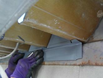 調布市柴崎 折板屋根の面戸を取り付け