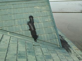 調布市深大寺北町 雨漏りしている屋根