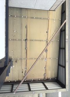 三鷹市大沢にあるマンションの屋根調査、共用部や自転車の波板屋根も経年劣化で割れやすくなります