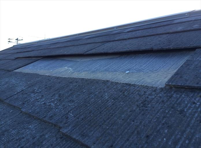 小金井市桜町のお宅の屋根でコロニアルが落下、調査によりコロニアルが抜け落ちていることが判明
