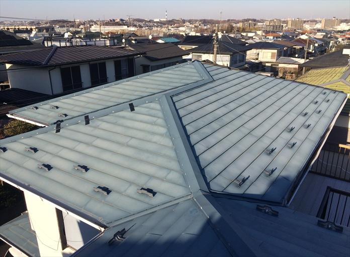 三鷹市牟礼で葺き替えから10年が経過したガルバリウム鋼板製横葺き屋根を調査しました