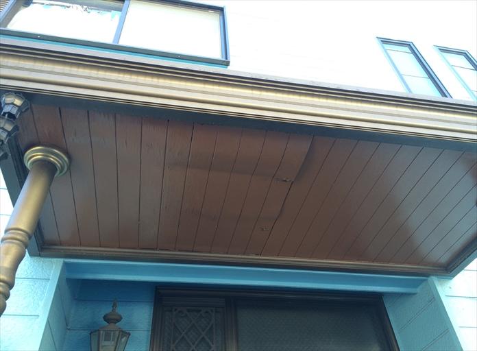 玄関庇の天井が傷んでいる
