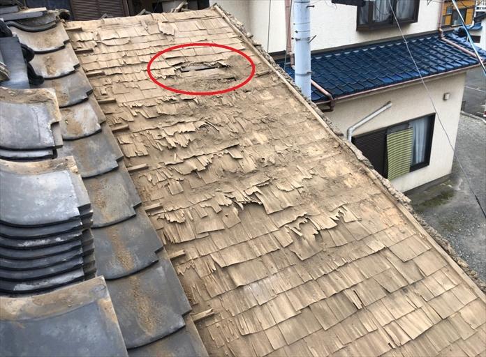 国立市谷保で雨漏りしている屋根の瓦を外して下地を調査