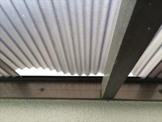 府中市市片町でベランダ屋根の調査、留め具が取れた波板は再設置することが可能です