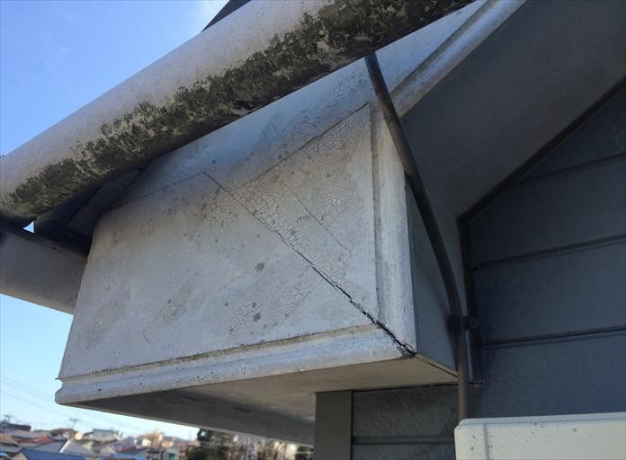 武蔵野市桜堤で調査した破風板は、表面が変色して塗膜がひび割れておりました
