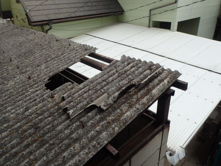 作業場の破損した屋根