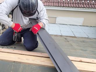 府中市新町で台風による棟板金飛散から火災保険による免責で修理を実施