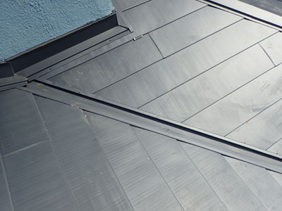 交換された谷樋と瓦から金属に吹き替えられた屋根