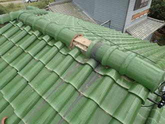 強風で瓦が剥がされてしまった屋根