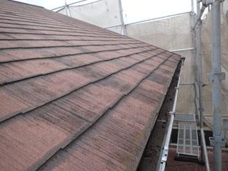 変色したスレート屋根