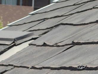 捲れがはじまった化粧スレートの屋根、パミール