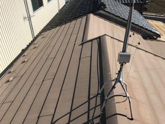 屋根は赤茶色に変色しておらずペールブラウン