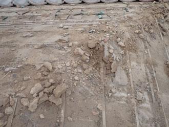 屋根材の下の葺き土