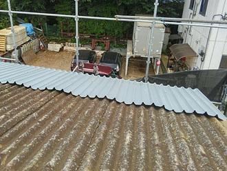 軒先から屋根カバー工法開始