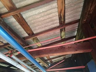 木製の下地に雨水がまわっています
