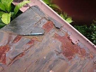 中野区新井で塗膜がバリバリになったトタン屋根を下地処理して塗装します