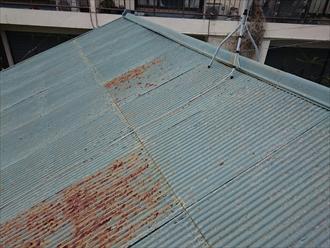 平屋建ての屋根はトタン葺き