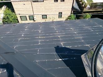 黒い屋根に白い部分が見えています