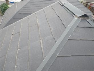 スレート葺きの屋根は表面が劣化しています