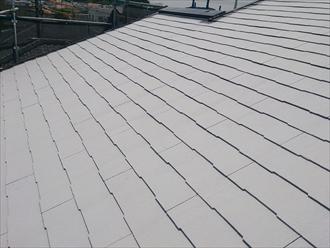 屋根の下塗りにはグレーを使用します