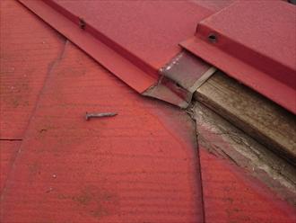 府中市押立町で必要な隙間を埋めた為に、下地が腐食したスレート葺きの屋根