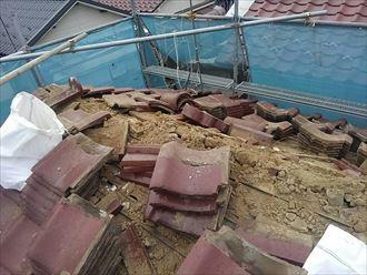 瓦を撤去中の瓦屋根