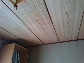 和室の天井が雨漏りでふやけています