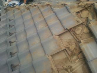 昭島市中神町 屋根葺き直し工事 古い屋根材を外している様子