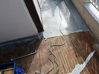 町田市山崎町 バルコニーのウレタン防水工事 元の防水層を撤去