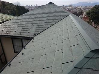 スレート葺きの屋根は塗装してあります