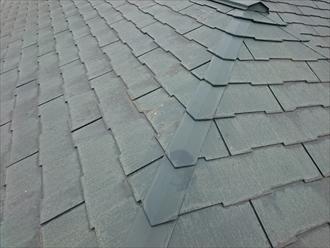 反りが出ているスレート屋根