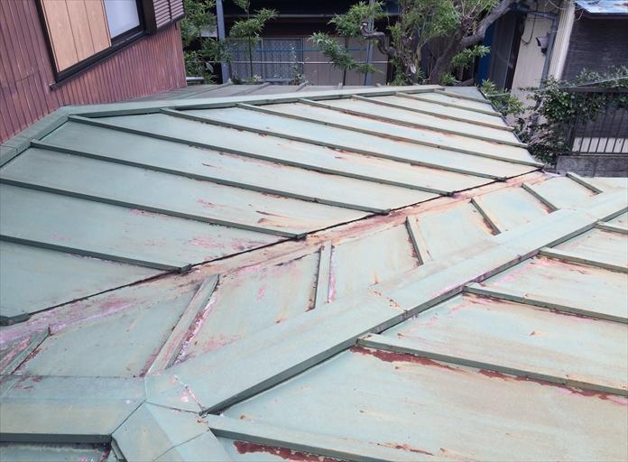 三鷹市中原で錆びた板金屋根を調査、軒先の腐食を確認