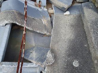 武蔵野市境 太陽熱温水器の重みで瓦が割れている