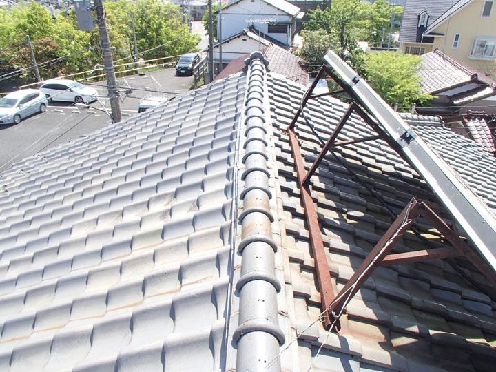 棟が曲がっている瓦屋根