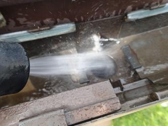 町田市金井 雨樋の詰まり除去 流水で竪樋を洗浄