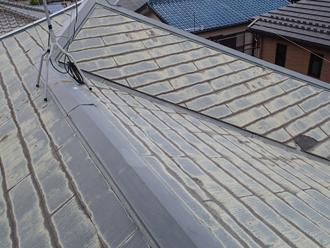 国立市中 屋根塗装前のスレート屋根は色褪せが目立つ