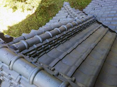 部分的に葺き直しを行った瓦屋根