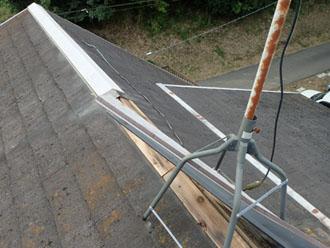 棟板金が剥がされたスレート屋根