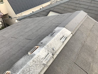 雹の被害を受けたスレート屋根