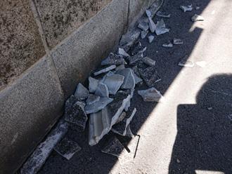 道路に落下したセメント瓦