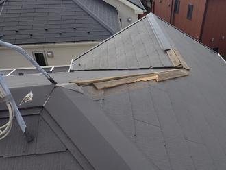 強風で棟板金が剥がされた屋根